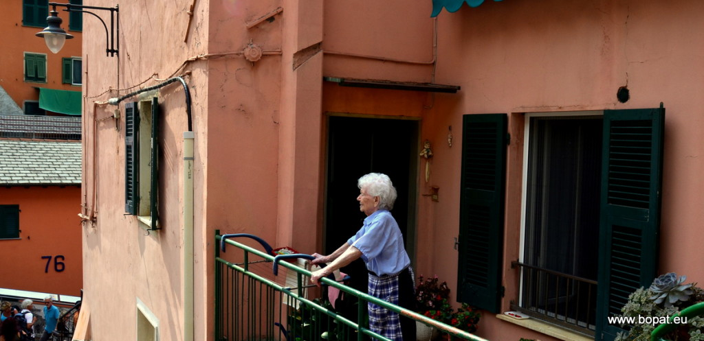 Vernazza - old lady