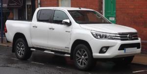 1200px-2016_Toyota_HiLux_Invincible_D-4D_4WD_2.4_Front