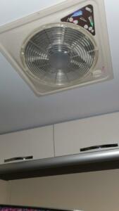 nagyon jó dolog, ventilátor az ágy felett
